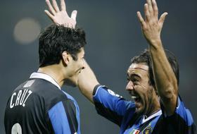 Cruz e Recoba esultano, primi punti in Champions per l'Inter. Ap