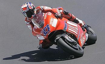 Casey Stoner sulla Ducati Desmosedici è in testa. Ap