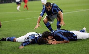 Cordoba, Figo e Cesar festeggiano il gol dell'1-0. Afp
