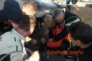 Il WM Drift Team al completo si adopera per riparare il mozzo della Silvia di Werter Stella