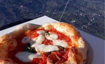 Pizza margherita in mongolfiera a 1275 metri: è record