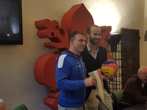 conti-regala-a-vannucci-il-pallone-firmato-dal-setterosa-rid