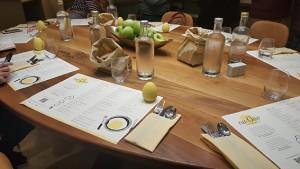 Tavolo conviviale all'interno del nu Ovo ristorante