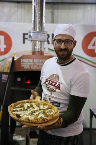 gennaro cirelli con pizza vincitrice