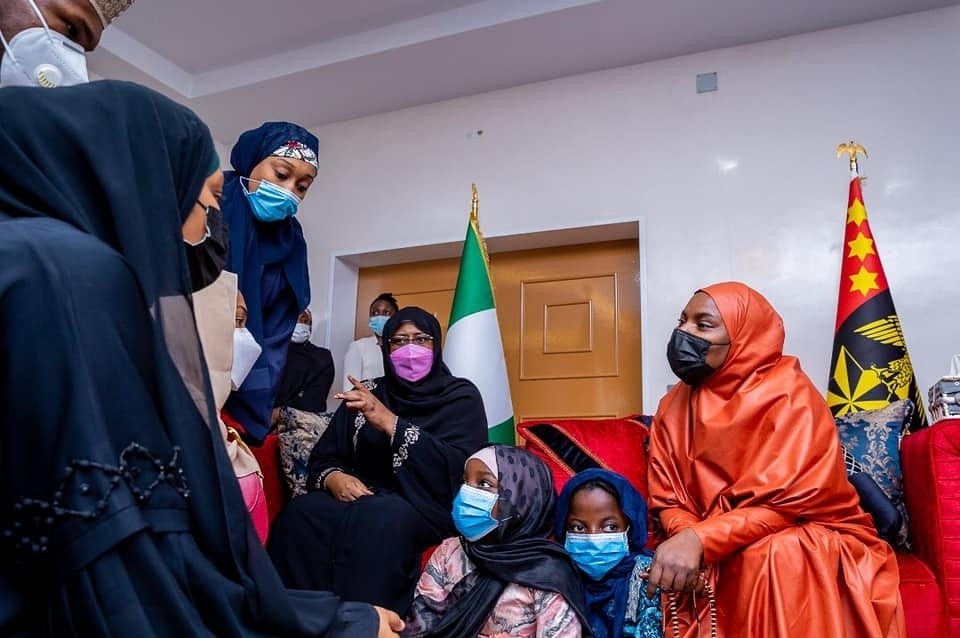 First Lady, Aisha Buhari and her children pay condolence visit to the family of late Chief of Army Staff, Lt. Gen. Ibrahim Attahiru on Sunday afternoon, May 23.