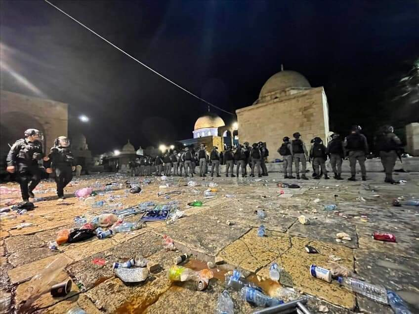 Aqsa Mosque: Israeli police clash with Palestinians in Jerusalem