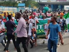 June 12: Police Barricades Eko bridge, shoot teargas at Protesters in Ojota