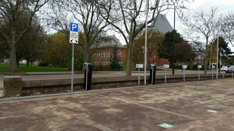 Parkeren voor stadskantoor verkleind