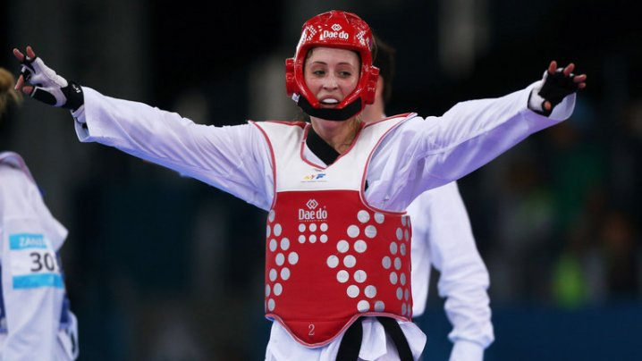 jade-jones-taekwondo-celebrates-gold-medal_3385616
