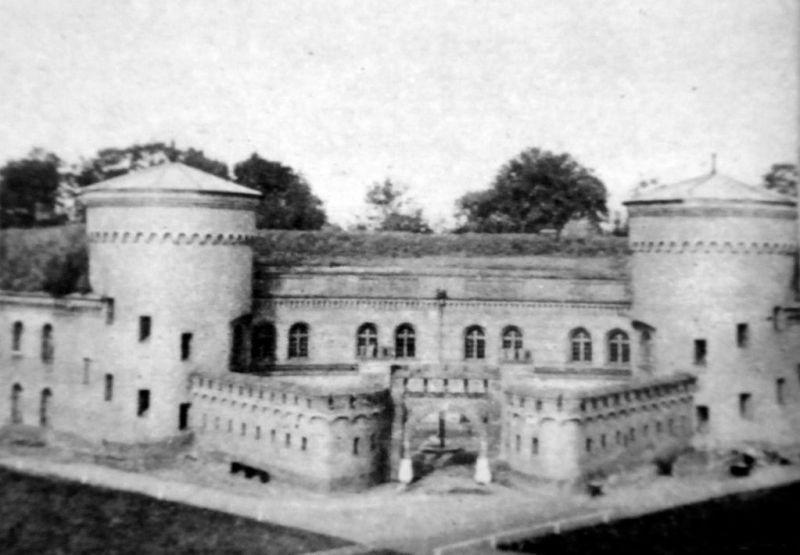 Fort Neufähr_01 Widok na reditę fortu od wewnątrz, czyli od strony majdanu.