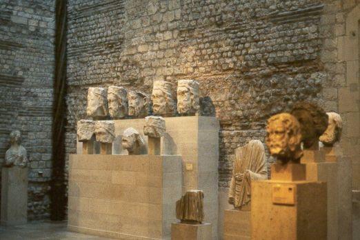 Głowy z galerii królów z Katedry Notre-Dame, obecnie w muzeum utworzonym w ruinach opactwa Cluny - Musée de Cluny