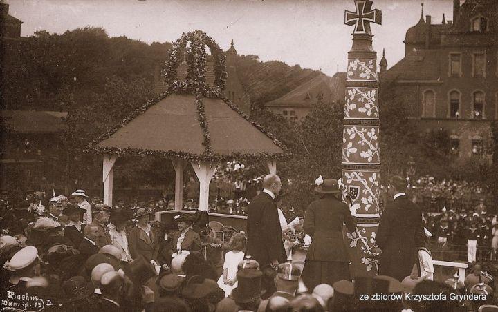 Uroczyste wbijanie ćwieka na Kolumnie Wojennej, 1 sierpnia 1915 r. (ze zbiorów prywatnych).