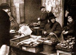 Przekupka z rybami i sprzedawcy owoców pod Bramą Straganiarską,