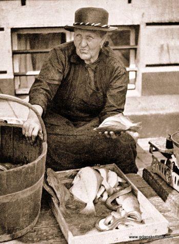 Przekupka handlująca rybami przy nabrzeżu.