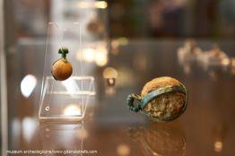 Wisiorki opasane z II w. n.e. – duża kula szklana i kamyk opasane taśmami z brązu