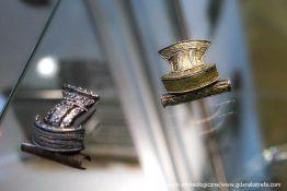 Zapinki brązowe zdobione srebrem i złotem – typowe formy dla końca II w. n.e.