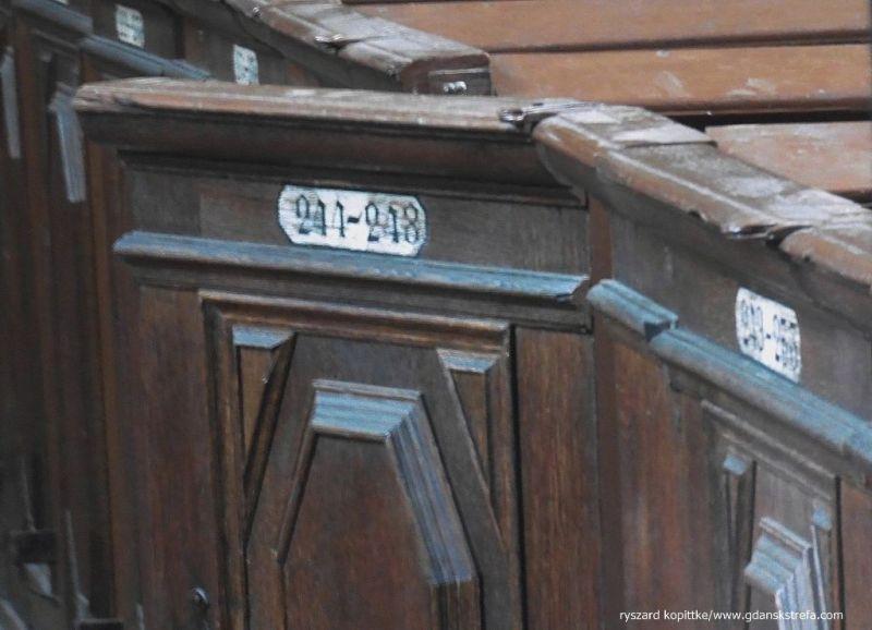 oryginalne ławki z kościoła NMP w kościele Bożego Ciała w Gdańsku