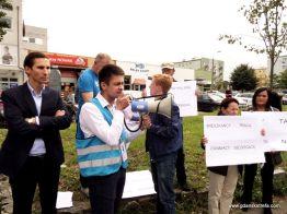 Manifestacja przeciwko nielegalnym, płatnym parkingom