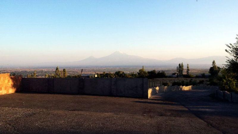 Panorama z monumentalnym widokiem na masyw Araratu