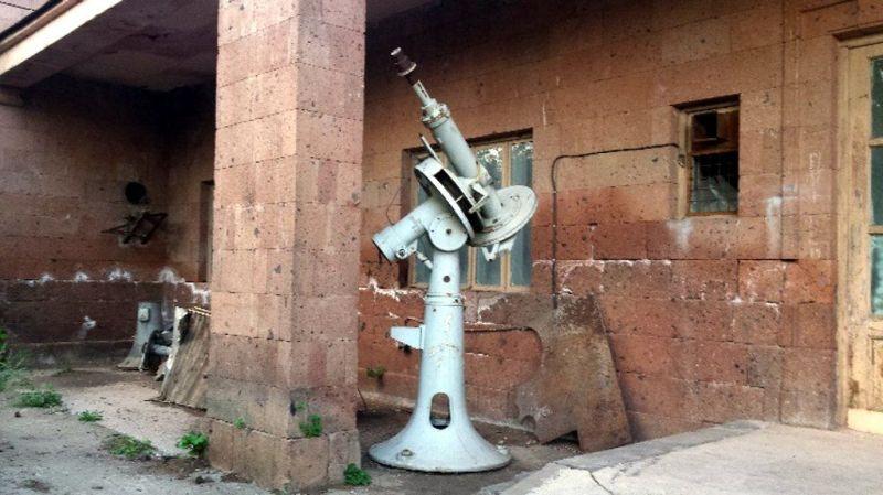Wysłużone montaże paralaktyczne przed warsztatem obserwatorium