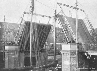 otwarte klapy mostu