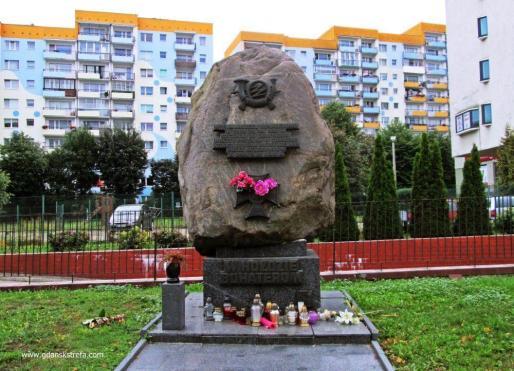 pomnik w miejscu, gdzie znaleziono ciała pocztowców