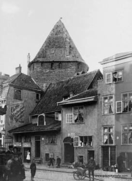 Targ Rybny (Fischmarkt). Domy i Baszta Łabędź, która dziś nie jest otoczona domami.(Ok. 1910).