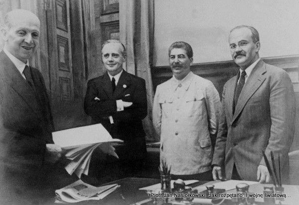 Fot.1. 23 sierpnia 1939 roku. Pamiątkowa fotografia po podpisaniu paktu Ribbentrop-Mołotow