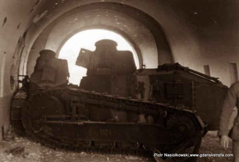 Polskie czołgi produkcji francuskiej typu Renault w bramie Twierdzy Brzeskiej