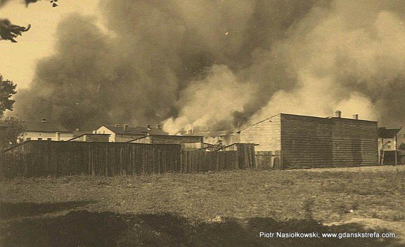 Efekt nalotu Luftwaffe — płonąca polska wieś