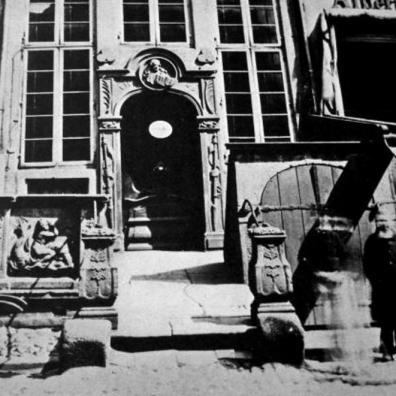 Wenus na Delfinie, przedproże z ul. Piwnej, [za]: Fotografie dawnego Gdańska, fot. 48,