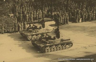 Niemieckie czołgi defilujące przed Adolfem Hitlerem
