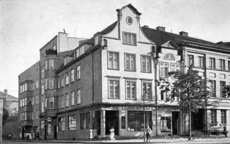 """Kamieniczka na rogu Łąkowej (Weidengasse), z biegiem lat straciła wiele ze swojego uroku. Około 1930 r. na miejscu późnobarokowego portalu z przedprożem pojawiła się modernistyczna witryna """"Cafè Langgarten"""". Budynek prawdopodobnie uległ pożarowi w 1945 r., dzisiaj na jego miejscu funkcjonuje sklep sieci """"Biedronka""""."""