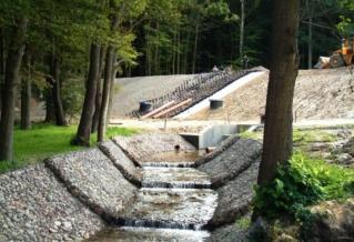Dewastacja przyrody – zbiornik Suchy Krykulec w Gdyni. Zdjęcie z http://hovnanian-gdynia.pl/?krykulec%2C106 .