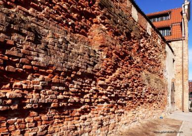 zabytkowy mur krzyżacki