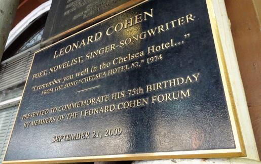 tablica poświęcona śpiewakowi Leonardowi Cohenowi