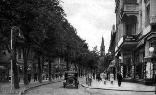 Po prawej dom towarowy Walter Edelstein 1932; źródło: dawnysopot.pl