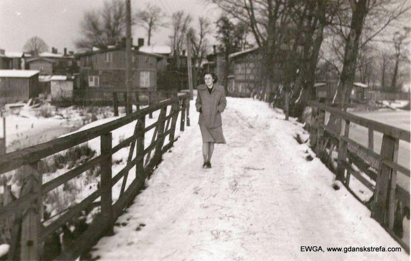 Mostek na Krakwiecką Kępę, połowa lat 50. Na mostku mama właścicielki zdjęcia. Widać drewnianą zabudowę wysepki.