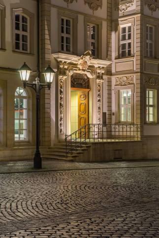 Zrekonstruowany współcześnie barokowy portal oraz fasada Rolandhaus.