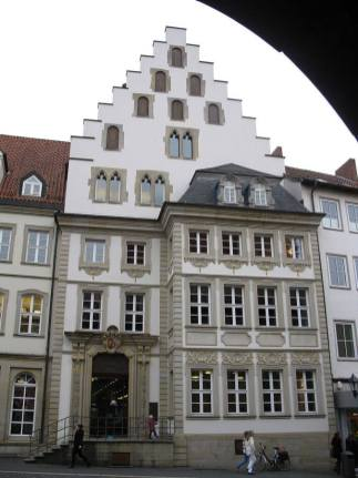 Należący do kupców Rolandhaus powstał w XIV wieku. Przebudowany na barokowy w 1750. Do 1950 stały pozostałości portalu i część fasady, które ostatecznie wyburzono pod budowę modernistycznego budynku.