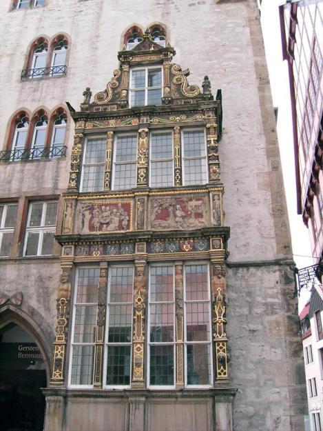 Zachowane renesasnowe okno Tempelhaus. Okno zostało zdemontowane i ukryte w piwnicy na czas wojny. Wróciło na miejsce w 1952 po naprawie budynku ze zniszczeń wojennych.