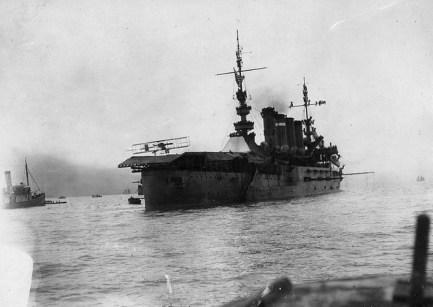 Eugene Ely ląduje na USS Pennsylvania 18 stycznia 1911 r. Było to pierwsze lądowanie samolotu na okręcie wojennym.