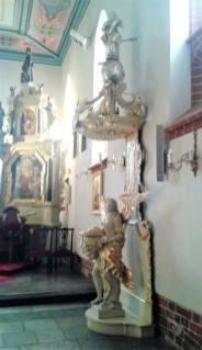 Rokokowa chrzcielnica w złotej tonacji.