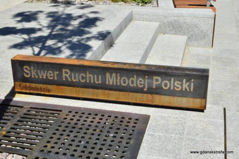 Nazwę skweru umieszczono na zardzewiałej tabliczce, nawiązującej prawie po sąsiedzku do ECSowego kortenu lub może do przyszłego Muzeum Bursztynu.