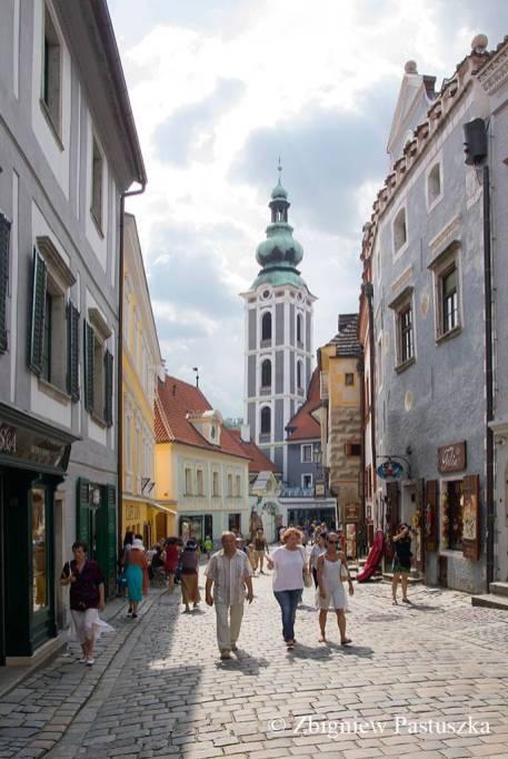 W głębi uliczki wieża dawnego kościoła św. Józefa