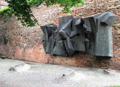 Płaskorzeźba na murze