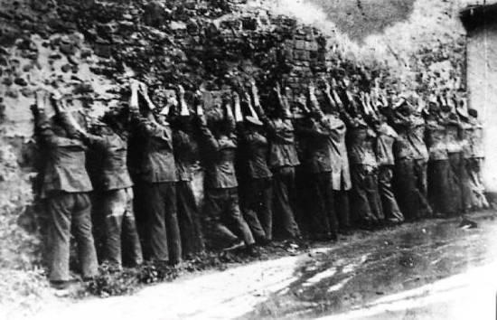 Obrońcy pod murem 1 września 1939 r.