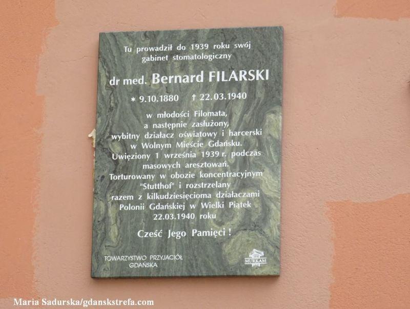 Tablica pamiątkowa na ścianie kamienicy narożnej u zbiegu ulic Długiej i Kaletniczej upamiętniająca dr Bernarda Filarskiego