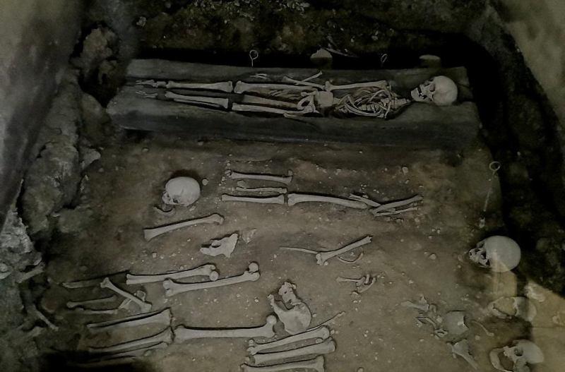 W kościele św. Katarzyny odkryto miejsce pochówku z X wieku, gdzie szkielety zostały umieszczone w trumnach sporządzonych z wydłubanych pni drzew.