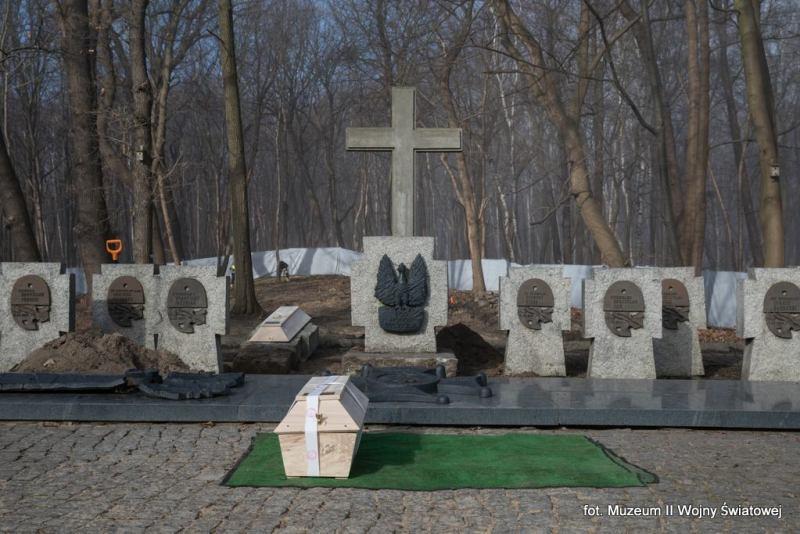 Trumna ze szczątkami mjr. Sucharskiego